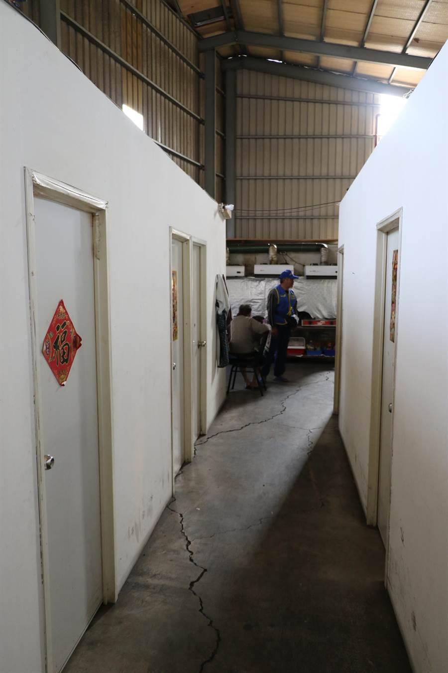 新巨輪協會租用違建鐵皮工廠並隔間讓會員居住,消防安全品質堪憂(吳岳修攝)