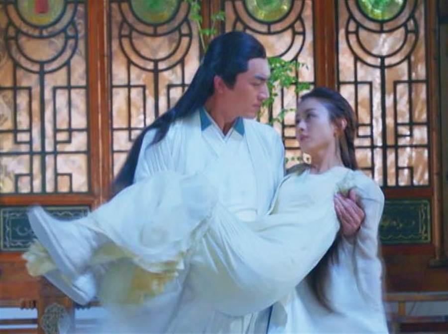 林更新公主抱趙麗穎。(中天)