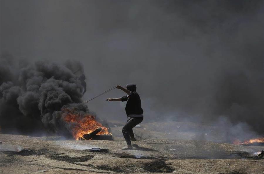 為抗議美國將大使館移到耶路撒冷,加薩地區的巴勒斯坦人用燃燒彈與石塊抗議。(圖/美聯社)