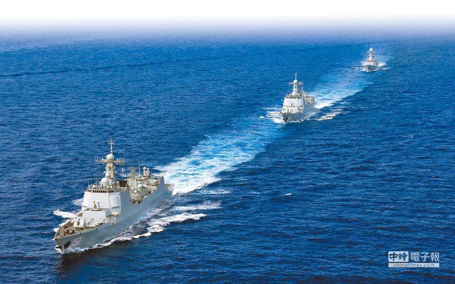 近兩年大陸軍艦產量大幅領先美國。圖為4月18日,新型的大陸驅逐艦編隊在南海航行。(中新社)