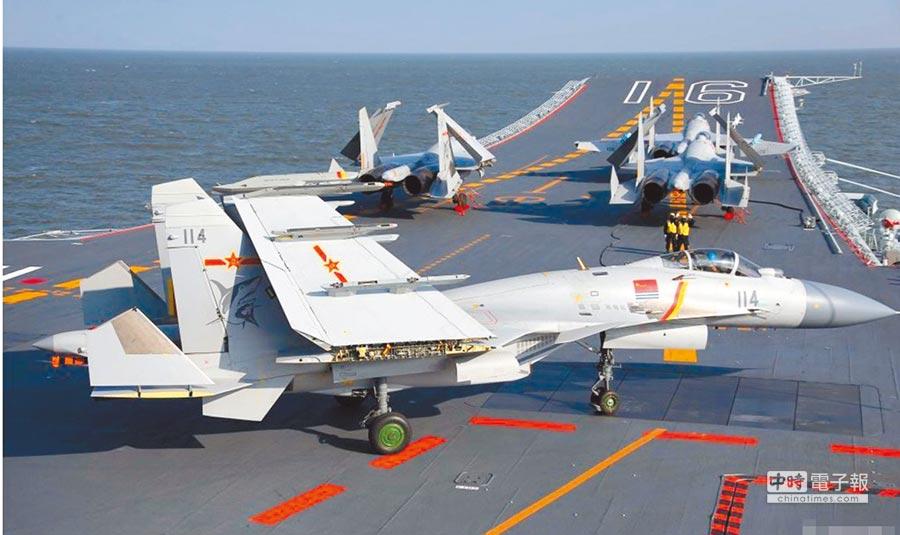 大陸首艘自製航母是遼寧艦升級版,結構優化艦島變小,但甲板卻變大,可搭載更多戰機。(取自搜狐網)