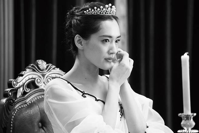 綾瀨遙在片中絕美動人,被譽為奧黛麗赫本的化身。(采昌提供)
