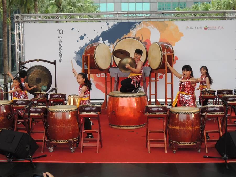 米倉國小八里坌擊樂團在鼓藝節開跑典禮上精湛演出,搏得熱烈掌聲(吳岳修攝)
