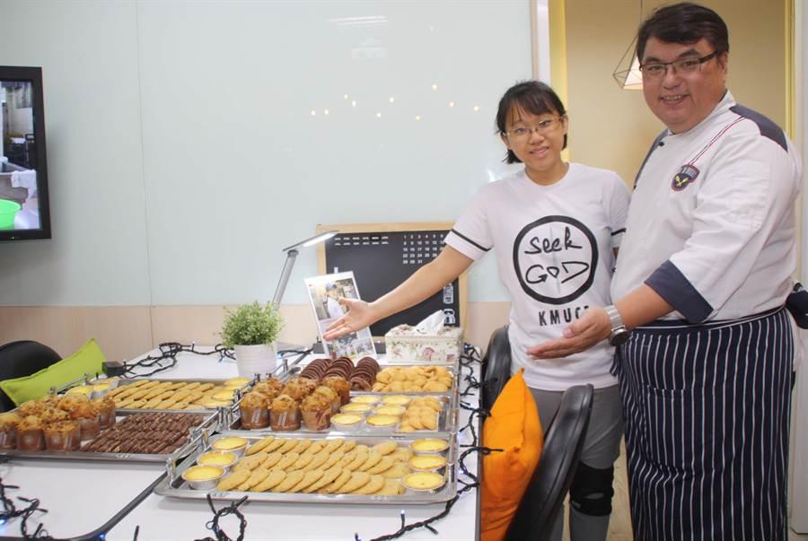重度聽障生陳嘉智(左)在教師專業指導下,在糕餅藝技上表現優異。(林雅惠攝)