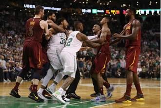 NBA》惡意犯規幫倒忙 神經刀從功臣變戰犯