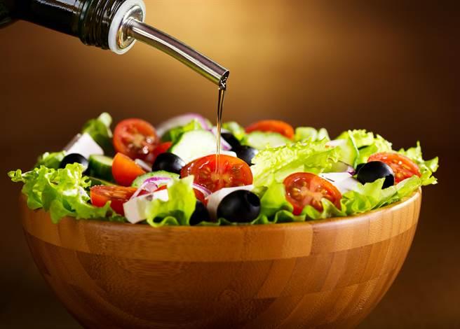 特級初榨橄欖油獨特香氣與口感,適合製作沙拉醬、醃菜及蘸料等。(圖片提供/歐盟太極計畫)