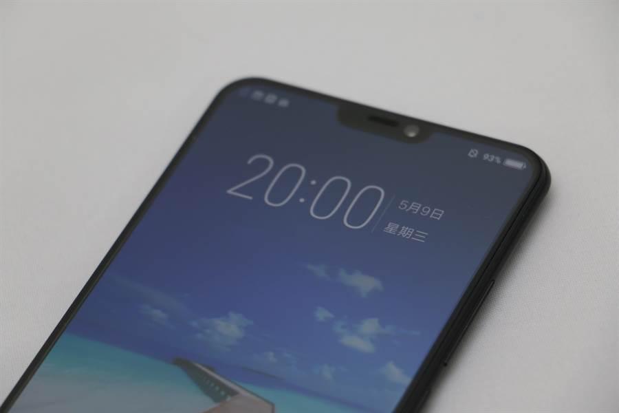 X21前螢幕頂端也有缺口,俗稱「瀏海」。(圖/黃慧雯攝)