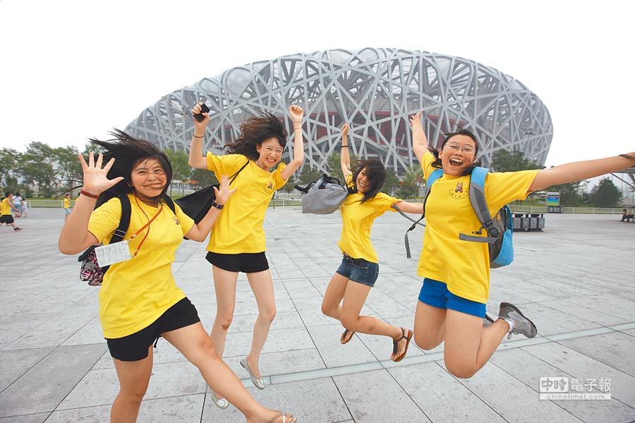 兩岸徵文已成為中華文化交流平台。圖為台生在北京鳥巢前合影。(新華社)