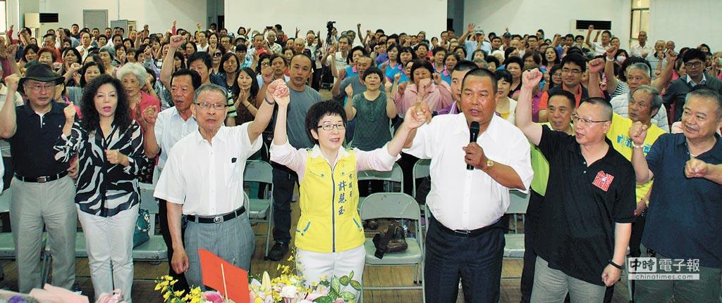 近400名鄉親在許慧玉宣布參選後高喊加油、當選。(林雅惠攝)