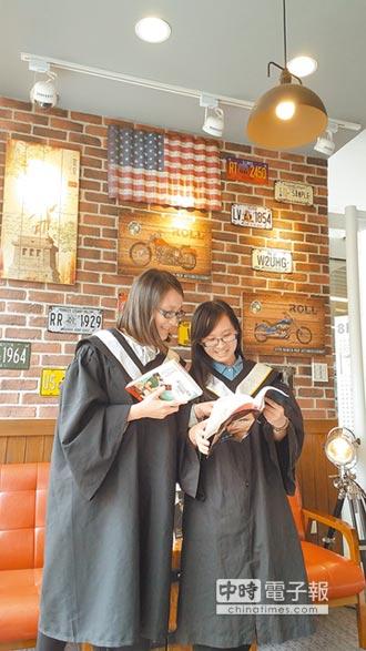 拍文青畢業照 特色圖書館夯