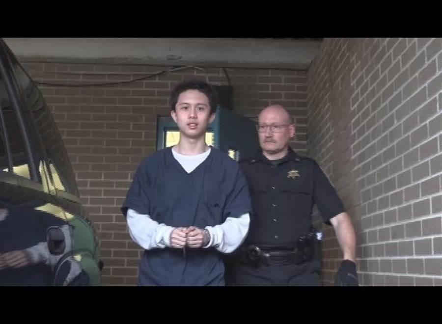 孫安佐(圖左)被美國警方護送的畫面。(圖/中央社)