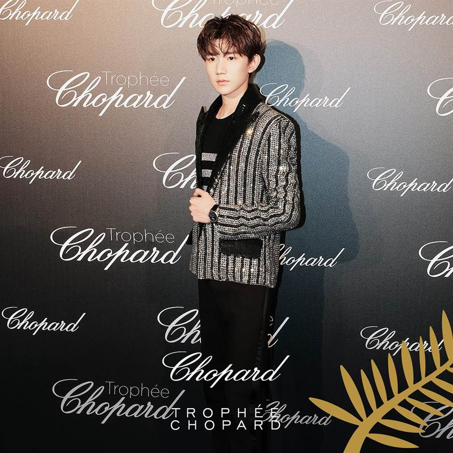 身為Chopard蕭邦品牌大使的王源,以一襲閃亮BALMAIN西裝,展現青春洋溢的華麗氣場。(翻攝自Chopard蕭邦官方IG帳號)