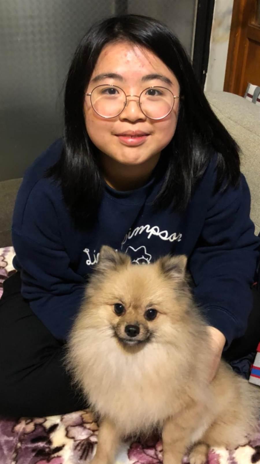 二信高中曾郁潔錄取台北醫學大學保健營養學系,由於國中不幸罹患糖尿病,導致她每天都需要注射4針胰島素,她為此立志當上營養師,幫助和她一樣的患者。(劉宥佑提供)