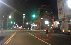 民眾路邊身體不適 警車出現即時救援