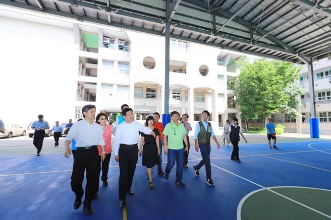 台中市長林佳龍(左前二)視察大里區立新國中小學聯合活動中心預定地。(林欣儀攝)