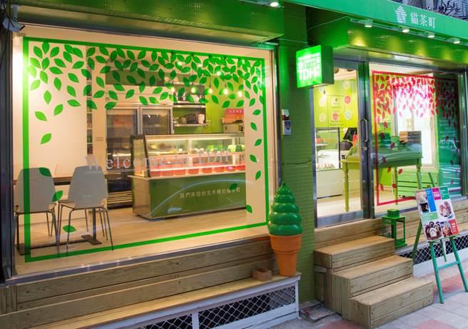 貓茶町民生店裝潢以「茶」為理念設計,舒爽色澤趕走夏天酷熱感。(圖片提供/貓茶町民生店)