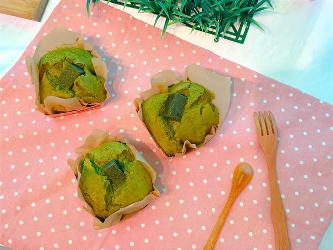 「烏龍茶舒芙蕾」海綿蛋糕加入烏龍茶製作,搭配滿滿烏龍茶格斯餡,原價60元,第2件52元。(徐力剛攝)