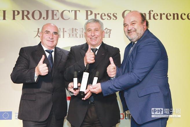 義大利橄欖油製造商全國聯盟(UNAPOL)(右起)、義大利橄欖種植者國家聯盟(CNO)及義大利全國橄欖種植者和生產者聯合會(UNASCO)三大主席推廣太極計畫及特級初榨橄欖油。圖/業者提供