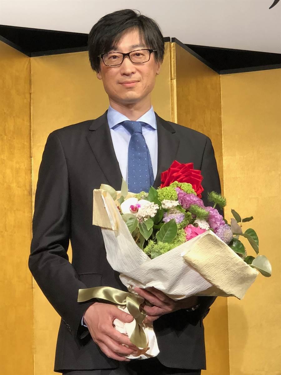 旅日台籍作家東山彰良18日在東京獲頒渡邊淳一文學獎,他的新作《我殺的人和殺我的人》(暫譯)連續奪得日本3大文學獎。(黃菁菁攝)