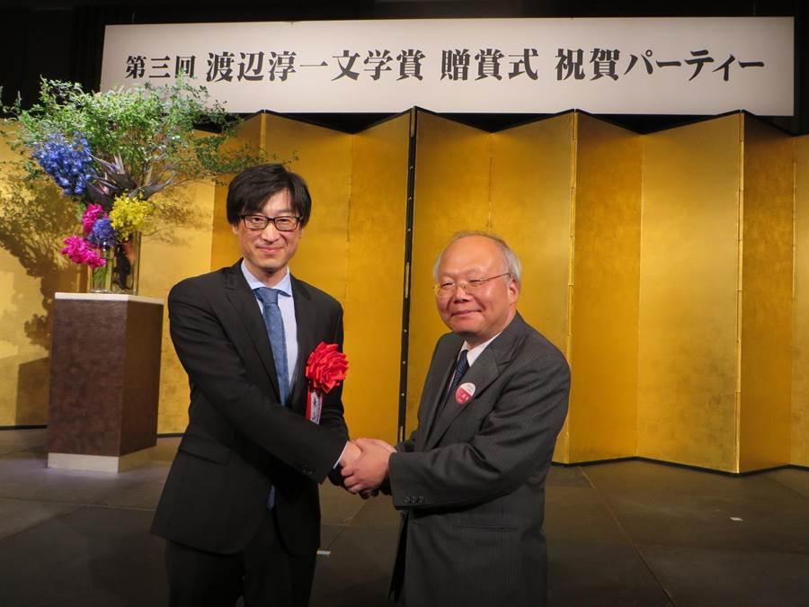 旅日台籍作家東山彰良18日在東京獲頒渡邊淳一文學獎,我駐日副代表郭仲熙(右)到場祝賀。(黃菁菁攝)