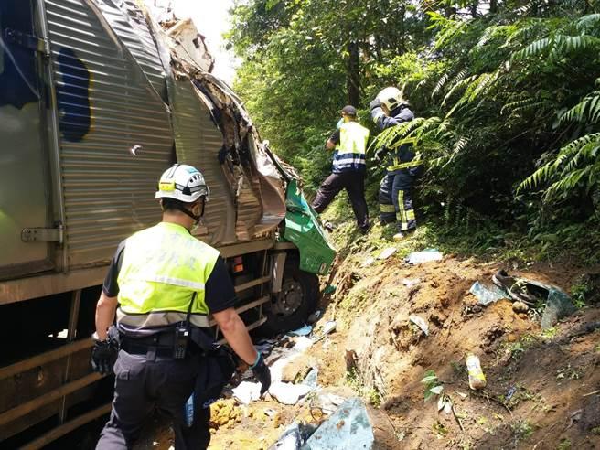 北宜公路上午發生大貨車自撞山壁意外。(王揚傑翻攝)