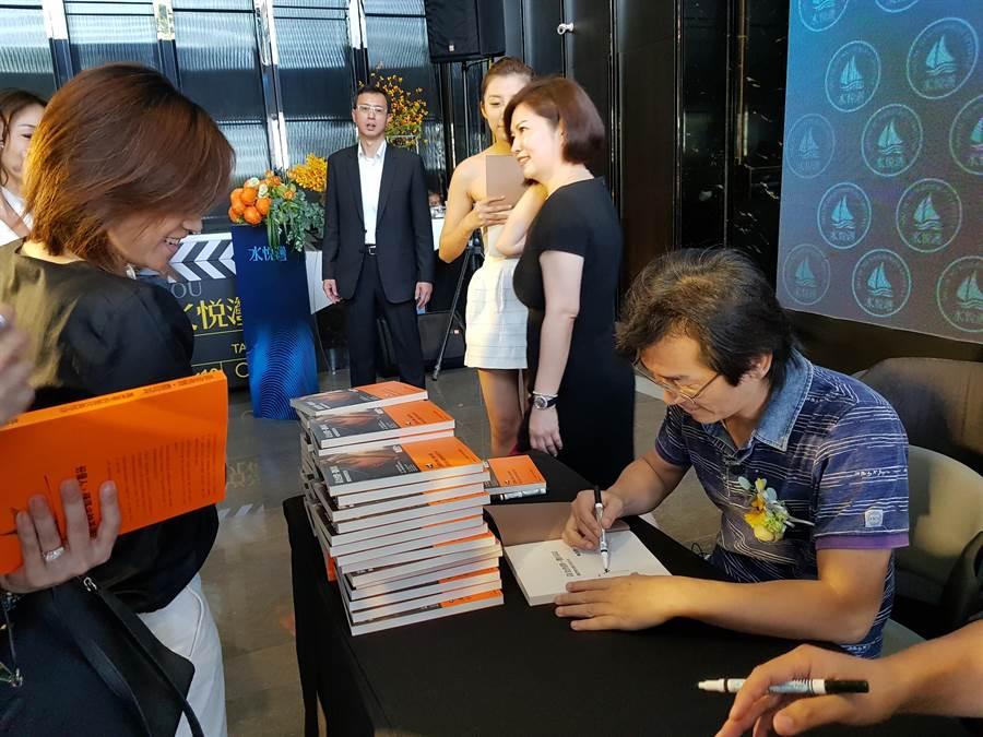 金馬獎知名導演魏德聖今日在泰嘉開發「水悅灣」住宅大樓,舉辦簽書會。(圖/顏瑞田攝)
