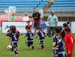北市幼兒足球賽無懼豔陽 小球員享受踢球樂趣
