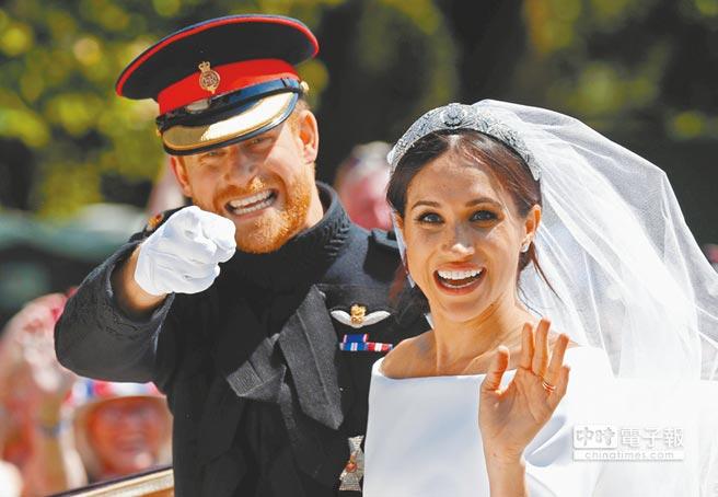 英國哈利王子和美國女星梅根19日在溫莎城堡的聖喬治教堂舉行盛大結婚典禮,兩人在馬車上開心向群眾揮手。(路透)
