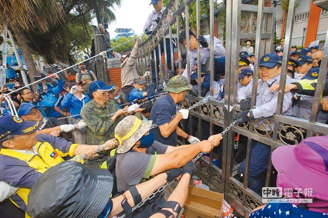 軍公教年改衍生各類陳抗行動,5成2民眾不滿意蔡政府表現。圖為反軍改團體在立法院外與警方激烈攻防。(本報資料照片)