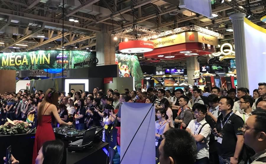 利鑫集團WM娛樂展台席捲澳門G2E,不僅人氣人潮超旺,也獲業界好評。(劉宥廷攝)