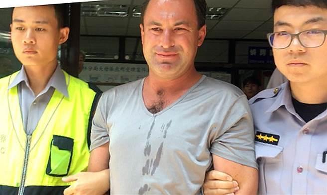 穿著灰色T侐的美籍男子約瑟夫今早在士林地院內等候開庭,連續抓了3名女子的臀部,警方已經逮捕依性騷擾防治法偵辦中。(翻攝自臉書)