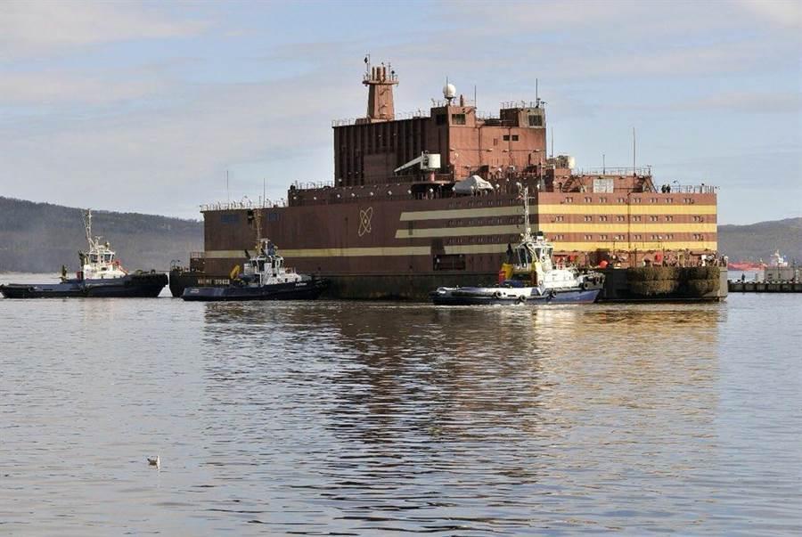 全球首座浮在海面上的移動式核電站,俄羅斯Lomonosov核電廠目前正在摩爾曼斯克港進行展示。(圖/推特@RosatomGlobal )