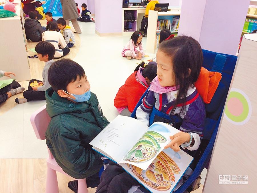 基隆市中正國小6年級學生林依依(右),雖罹患先天性脊髓性肌肉萎縮卻不因此氣餒,帶領其他小朋友一起快樂讀書。(基隆市教育處提供)