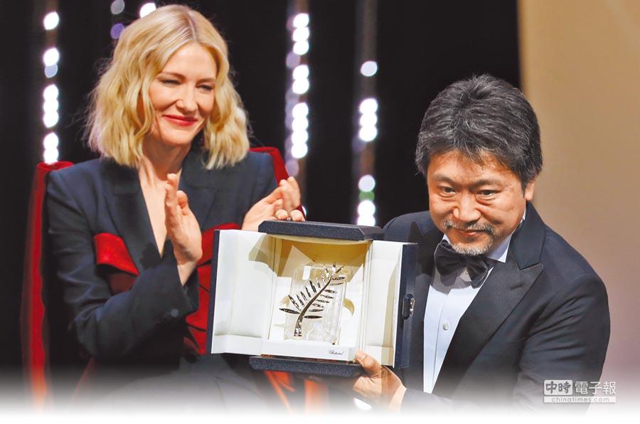 是枝裕和奪下金棕櫚獎,左為評審團主席凱特布蘭琪。(路透)
