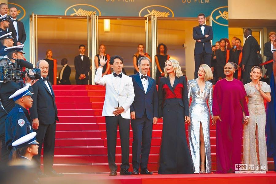 張震(左)以白色西裝出席坎城影展閉幕式,與眾評審一起亮相。