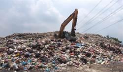 草屯鎮垃圾堆積如山 惡臭撲鼻 環保局表示會盡力協調處置