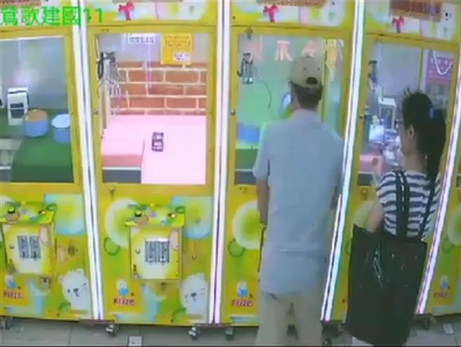 鶯歌夾娃娃機台主發現男子,不投入相對應的金額,機台竟並被隔空啟動,而且一旁還有女子掩護。(警方提供)