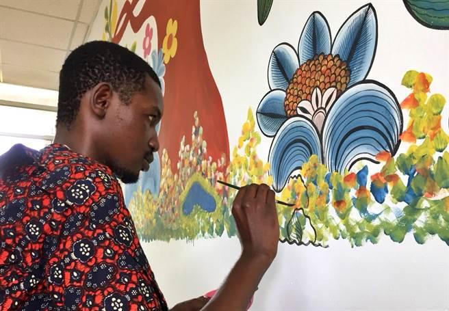 ▲國際級藝術家Kipara在草屯虎山國小為圖書室大牆進行彩繪。(楊樹煌攝)