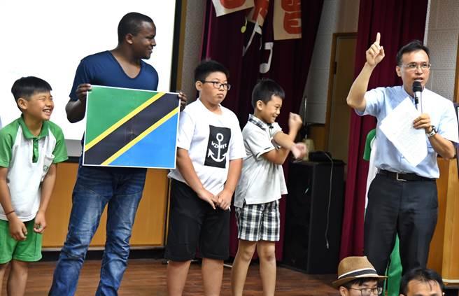 ▲虎山國小校長葉兆祺(右)向師生們介紹非洲坦尚尼亞文化及將進行的圖書室空間改造工程。(楊樹煌攝)