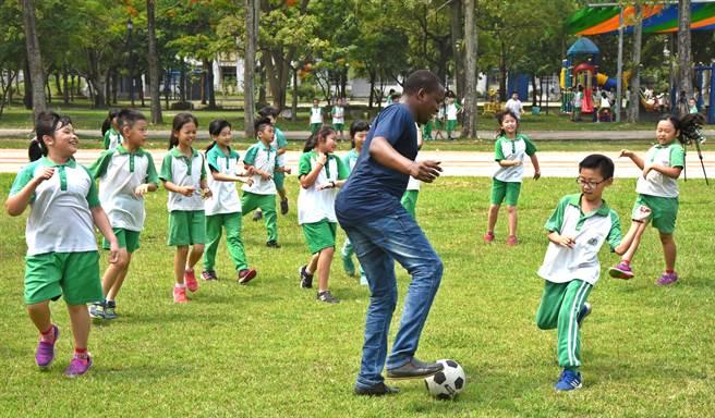 ▲來自坦尚尼的Juma,擅長踢足球,不忘與虎山國小的小朋友進行有趣的足球PK活動。(楊樹煌攝)