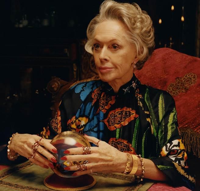 GUCCI鐘表珠寶廣告中高齡88歲的蒂比海德倫大有來頭,是希區考克經典作品《鳥》的女主角。(GUCCI提供)