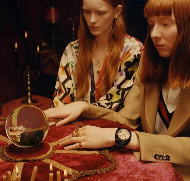 GUCCI鐘表珠寶廣告以占卜算命為主題,充滿神秘氣氛。(GUCCI提供)