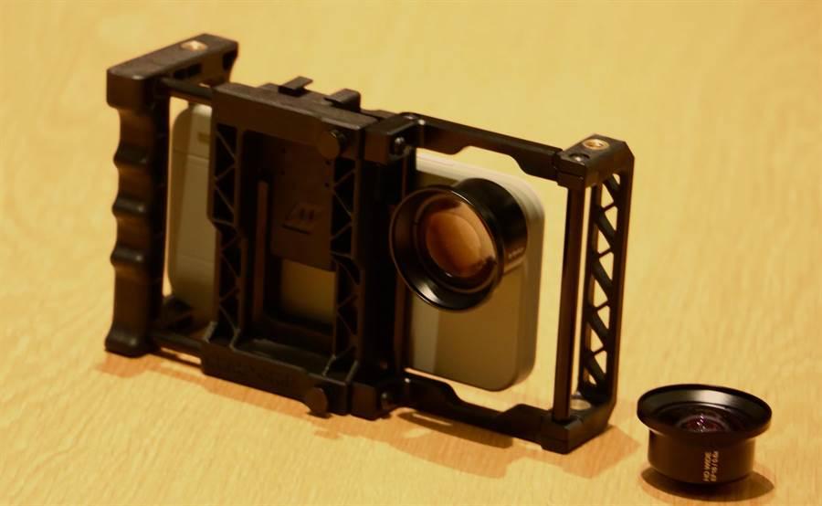 拍攝「明仔載」MV,就是用這一套!iPhone 8 Plus再加上手機腳架、專用手機殼以及外接鏡頭(組裝後的樣子)。(圖/黃慧雯攝)