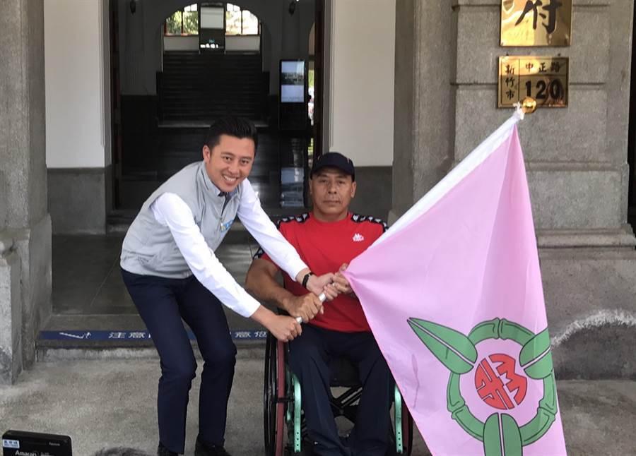 新竹市長林智堅22日授旗予身心障礙運動代表隊,希望選手們延續連霸之姿,爭取佳績。(陳育賢攝)