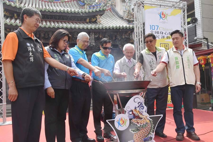 嘉義市長涂醒哲等人把聖火引燃至由交趾陶製成的母火燈座中。(呂妍庭攝)