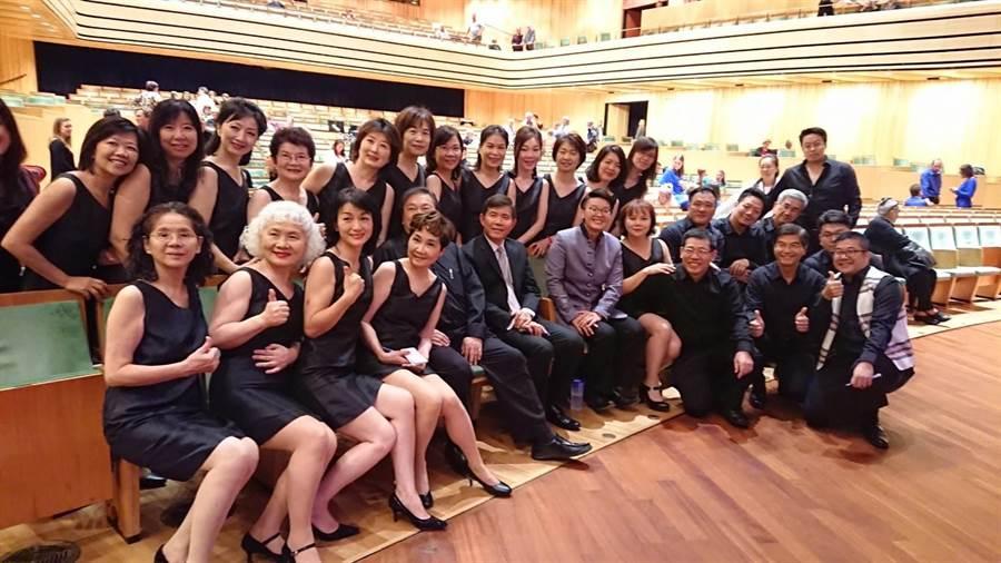 「台北愛樂市民合唱團」與駐匈牙利代表處大使張雲屏(左6)於巴爾托克國家音樂廳合照。(台北愛樂市民合唱團提供)