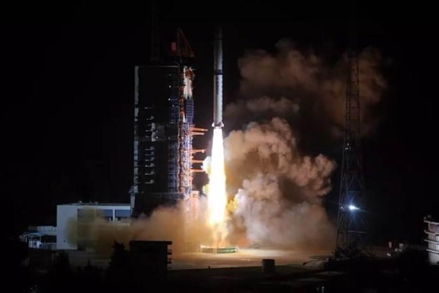 大陸長征4型火箭將中繼通信衛星鵲橋送入太空,發射過程順利,但抵達L2後才是挑戰。(圖/新華網)