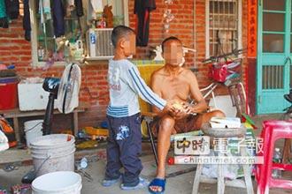 相依為命 小一童照護洗腎盲父