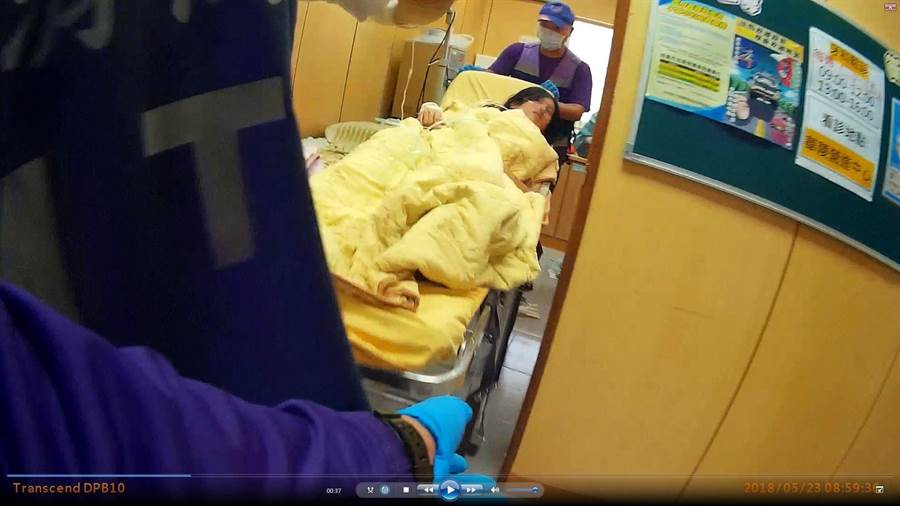 桃園市復興區王姓孕婦因為急產,請消防隊前往救護,並緊急在華陵醫療站急產。(賴佑維翻攝)