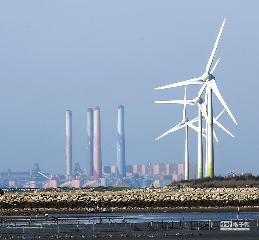 台中火力發電廠與風力發電機組。圖/本報資料照片